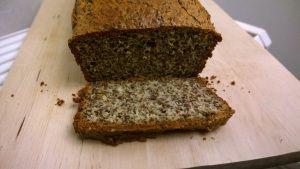 Lijnzaadbrood - Het idee voor dit heerlijke koolhydraatarme en glutenvrije lijnzaadbrood heb ik van Amber Albarda (zoals altijd heb ik het recept wel iets aangepast). Dit brood is een goede bron van eiwitten en zit boordevol goede vetten en is zelfs zonder beleg al ontzettend lekker (net of je een plak gezonde cake eet!). En, van alle (glutenvrije) broodjes die ik tot nu toe heb gemaakt, lijkt dit brood qua smaak en textuur het meest op 'echt' brood. Snel proberen dus!