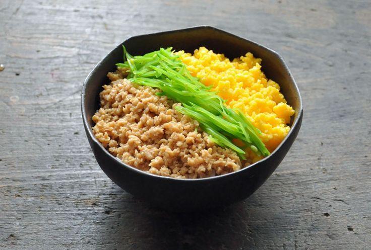 いちばん丁寧な和食レシピサイト、白ごはん.comの『三色丼の作り方』を紹介するレシピページです。3色丼のポイントは、彩り、風味、食感の違うものを組み合わせること。今回は鶏そぼろ、卵のそぼろ、せん切りの絹さやで作ります。写真付きで詳しく紹介していますので、ぜひ作ってみてください!