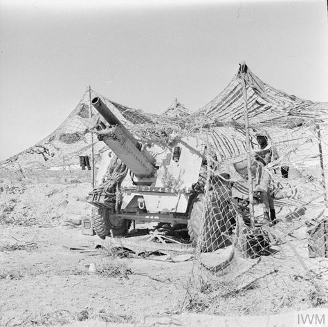 A 25-pdr field gun under camouflage netting in the Western Desert, 29 July 1942. Pin by Paolo Marzioli