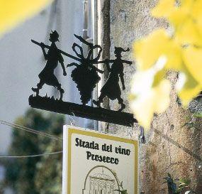 La nuova Strada del Prosecco e Vini dei Colli Conegliano Valdobbiadene, costituitasi nel 2003, è l'erede diretta di quella che è stata, nel lontano 1966, la prima arteria enologica italiana.