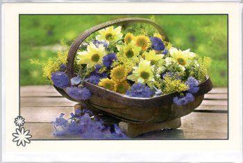 Blanco kaart met bloemen in een mand