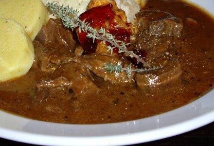Goulash - Gulyás. Un plato casero y muy popular en la cocina Húngara, el Goulash o Gulýas como se le denomina en húngaro, es una receta sencilla ya que requiere poca atención durante su preparación.