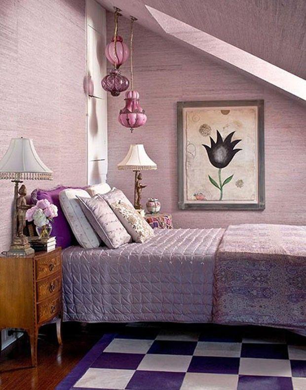 Com exceção do piso e da cômoda, tudo aqui leva variações de violeta e lilás. Tapete quadriculado trouxe uma proposta pop ao vintage visto nos objetos e nas clássicas colchas de matalassê.