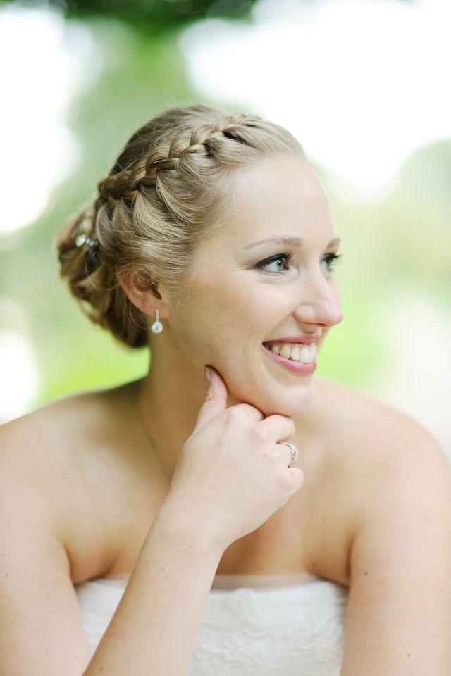 Verwerk een vlecht in je kapsel voor de lente #bruiloft #bruid #haar #lente #vlecht #makeup #wedding #hair #hairstyles | Half opgestoken bruidskapsels | ThePerfectWedding.nl | Credit: Beautiful Bride Company