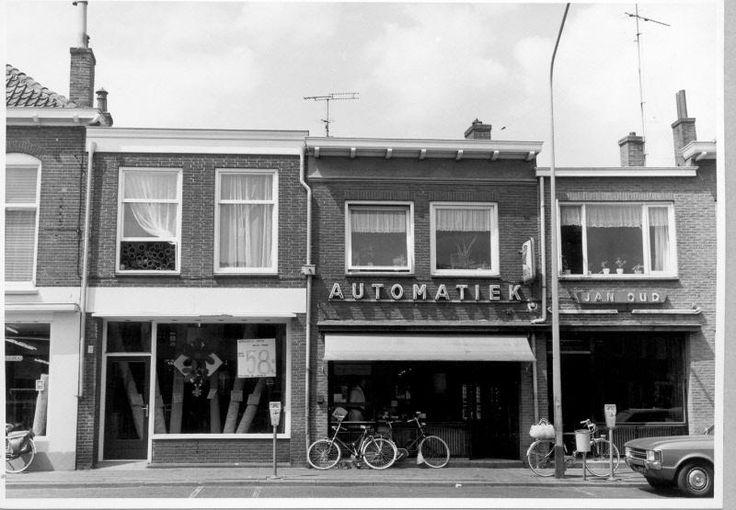 Thomas a Kempisstraat 61; Thomas a Kempisstraat 63; Thomas a Kempisstraat 65 : kamerbreed tapijt en de beginnende automatiek (snackbar) van Jan Oud.