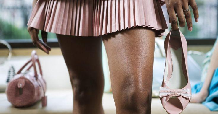 Como fazer uniformes escolares japoneses. A icônica roupa de uniforme japonesa é encontrada em quase todos os lados da cultura japonesa. Semelhante ao uniforme católico europeu e norte-americano, esta roupa baseia-se em saias curtas de xadrez ou pregas, laços, blusas e até mesmo uma capa de marinheiro ou jaqueta. Comprar uma réplica desse uniforme é fácil, mas fazer um com outras peças de ...