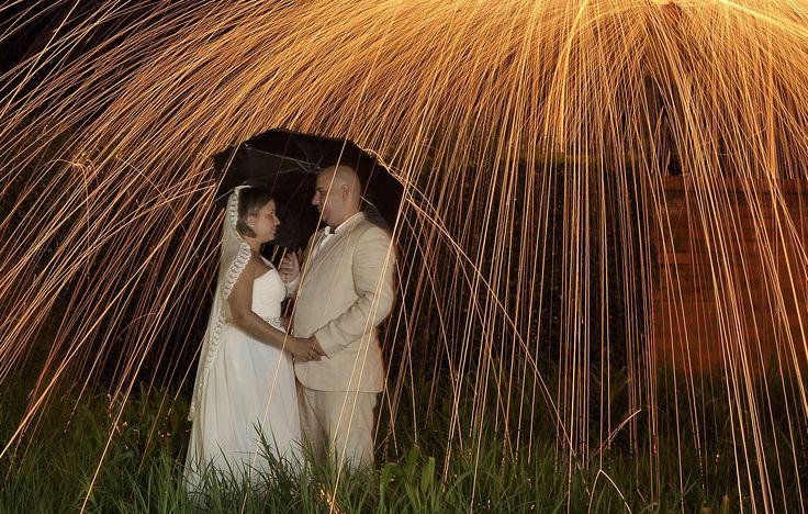 un lindo efecto con lluvia de fuego.. el amor te protege de todo..