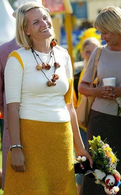 17. aug.2002. Crown Princess of Norway, Mette-Marit. Hun var omsvermet av barn da hun åpnet Barnas kulturfestival på Kalvøya i Bærum. Hundrevis av barn var helt i ekstase over det kongelige besøket. Overalt hvor kronprinsessen gikk krydde det av unger rundt henne.