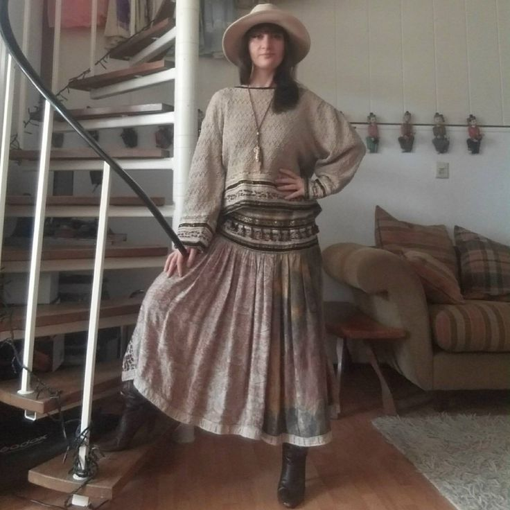 What an amazing find! This vintage suit is a true Italian gem. Cotton sweater and skirt from the designer Marilu' , Made in Italy. This brand comes from the Positano fashion. In the wonderful coast of the south of Italy, the pittoresque village of Positano was very popular to the artists, poe