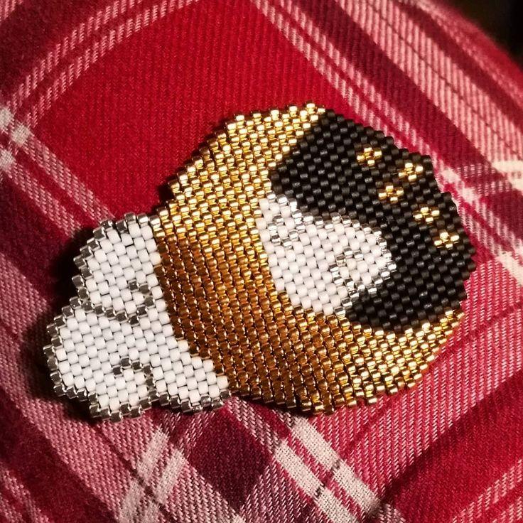 Tissage du week-end, d'après un diagramme de @pauline_eline ! Il fera un magnet magnifique. (Mon pantalon de pyjama, c'est cadeau.) #miyuki #jenfiledesperlesetjassume #brickstitch #pauline_eline #lune #moon #tissageperles