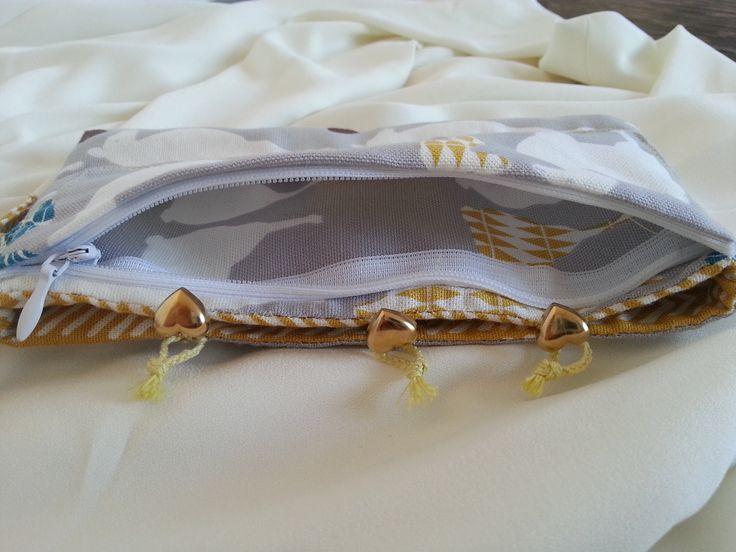 """Clutch """"be original"""" z biobavlny << BE YOU << BE Dmania << BE ORIGINAL Šířka 17cm Hloubka 9cm Přes zápěstí 18cm - lze na přání upravit Originální psaníčko vyrobené ze 100% dizajnérské biobavlny. Je oboustranné. Jedna kapsa na zapínání na zip. Zdobeno srdcovými knoflíky ve zlatém provedení."""