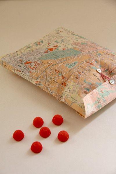 une vieille carte transformée en joli paquet cadeau : j'aime !!!