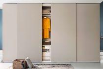 Armario moderno / de madera lacada mate / de melamina / con puerta abatible