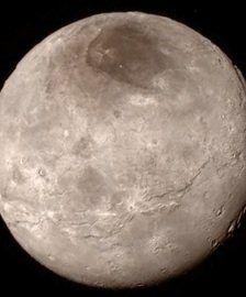 La luna Caronte de Plutón muestra sorprendentes indicios de actividad