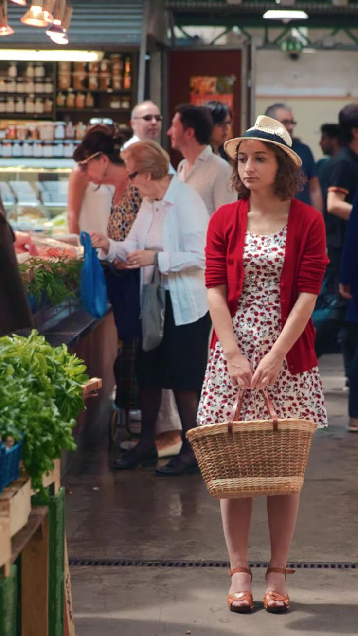 With grocery list in hand, Alice heads to the market only to find herself overwhelmed by the people and produce. A Tastemade Original Production. Created by: Alysse Hallali and Thibaud Paul Martin