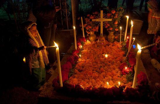 Noche de muertos en Santa María Atzompa, Oax.
