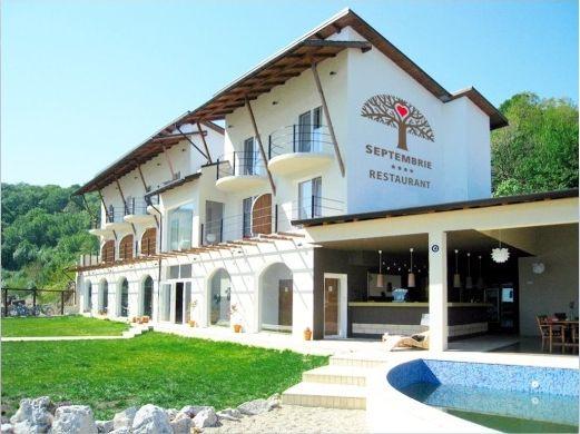 """O unitate de cazare demna de invidiat in zona turistica Cazanele Dunarii este Pensiunea Septembrie. Aceasta se află la limita ariei strict protejate a Parcului Natural """"Porţile de Fier"""". Mai exact, Pensiunea Septembrie este aşezată pe malul Dunării, la ieşirea din Cazanele Mici, pe şoseaua DN 57 care leagă Orşova de Moldova Nouă (km 17 + 800). Afla acum mai multe informatii despre facilitatile oferite de Pensiunea Septembrie pe http://www.pensiunea-septembrie.ro/."""