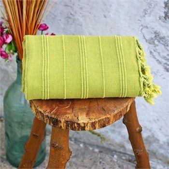 Yeşil Vintage Taşlanmış Peştemal                    - Vintage ruhunu kaybetmemiş, usta ellerin doğal pamuğun saflığıyla birleştirdiği peştemaller taşlama efekti ile daha da iddialı... Ebat: 90 x 165 cm Renk: Yeşil Kumaş Türü: % 40 Pamuk %20 Bamboo %20 Modal Paket İçeriği: 1 peştemal Ürün Özelliği: Taşlama yönteminin uygulandığı bu peştemaller; Yüksek su emişi, kolay kuruması, inceliği ve rahat taşıma özellikleri ile Evde, plajda ve seyahatlerinizde kullanabileceğiniz şık bir üründür.