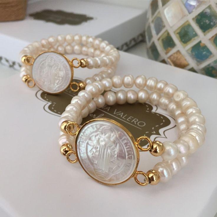 Pulseras de perlas con San Benito de nácar by Luz Marina Valero