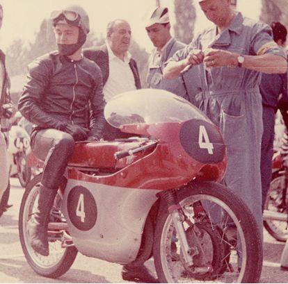 Gary Hocking / MV Agusta kierowca motocyklowy pochodzący z Rodezji. Podwójny Mistrz Świata kategoriach 500 cm³ i 350 cm³ w MotoGP z 1961 roku. W 1962 roku zadebiutował w wyścigach Formuły 1. Zmarł 21 grudnia w wyniku odniesionych ran w wypadku.