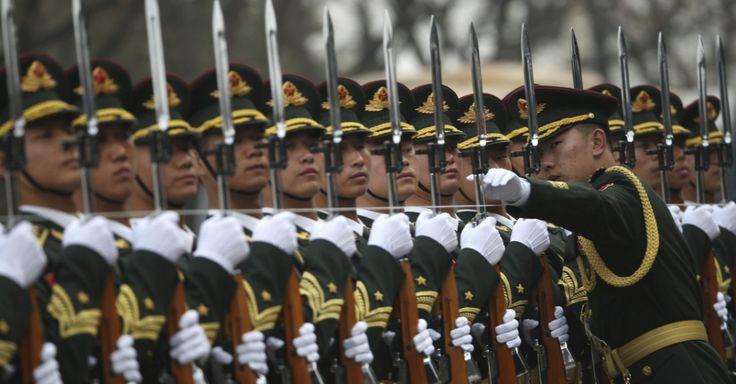 Soldados do Exército de Libertação do Povo Chinês em formação durante cerimônia de boas-vindas no Grande Palácio do Povo, em Pequim, China.  Fotografia: How Hwee Young / EFE.  http://noticias.uol.com.br/album/2016/01/06/olho-magico-2016.htm#fotoNavId=pra38c6453b5a9344a50a05f7479e7eccb20160328
