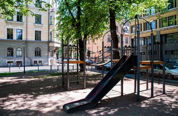 Säätytalon puiston leikkivälineiden suunnitellussa ja värityksessä on otettu huomioon historiallinen miljöö [Hemmo Rättyä]