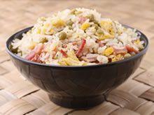 Gebakken rijst met groentjes en omelet