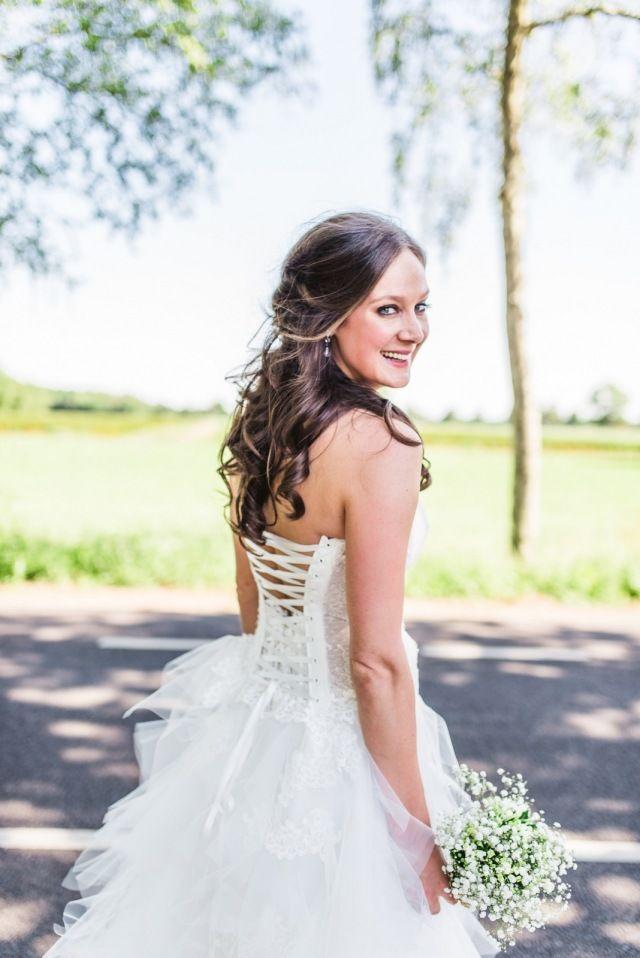 amanda-jan-bruid-lachen-trouwjurk-bandjes-rug-los-half-opgestoken-bruidskapsel