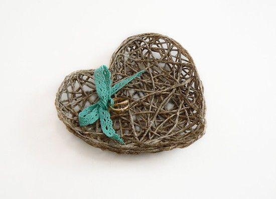 Cuscino portafedi cuore in vimini. Wedding rings pillow heart. #wedding