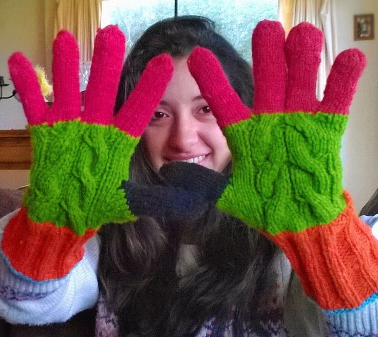 Guantes tejidos, en lana cien por ciento natural, confeccionado en muchos colores para darle alegría al invierno.