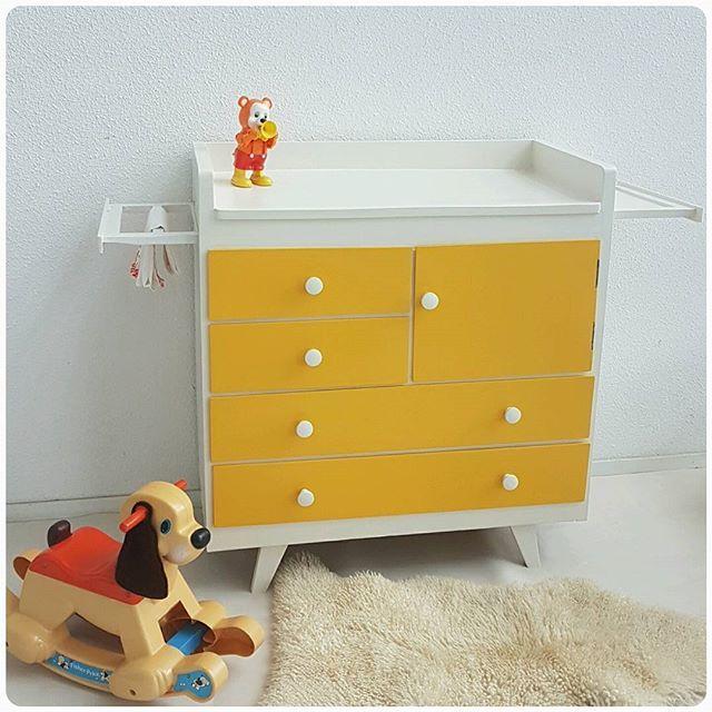 Vintage commode in roomwit en okergeel. #babyfurniture #babykamer #dresser #kidsfurniture #zwanger #pregnant #studiowietske #restyle  #vintage