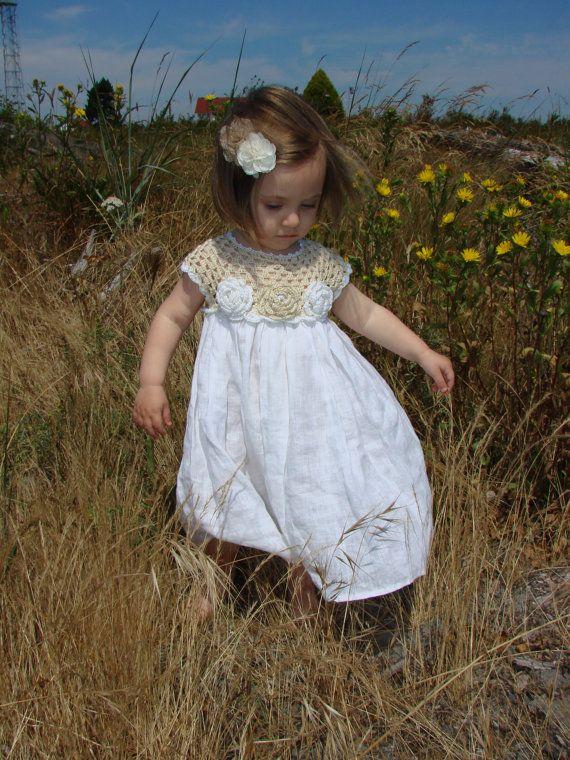 Vanwege vakantie accepteer ik geen bestellingen van 1 juni tot 15 September. Welkom terug van September. Meer informatie in persoonlijke brieven. ********************* Deze jurk is haakwerk met linnen draad om haar koel te houden, en ook voor duurzaamheid, & geaccentueerd met bloemen van de taille. De jurk is een linnen doek die gebruikt. Deze jurk past een baby van 0 tot 5 jaar oud. Ik beveel bij de hand wassen en lag plat te drogen. Stuur me een email als u vragen hebt. Kleur verwijs...