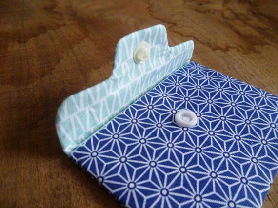 Esta bolsita de gran práctica, tela japonesa tradicional azul marino y blanco Totalmente forrado en algodón gráfico celeste. sin costura aparente, es comentado por la entretela interior y cerrado por una presión en resina blanca (muy fuerte) Puede ser utilizado como tarjeta de la puerta, billetera, o para almacenar un mp4. Bolsillo pequeño, 10 cm por 7.5 cm formato tarjeta formato (azul, lealtad, visite). Máquina lavable, mismo. ¡encontrar mi colección completa de las cubiertas en mi tien...