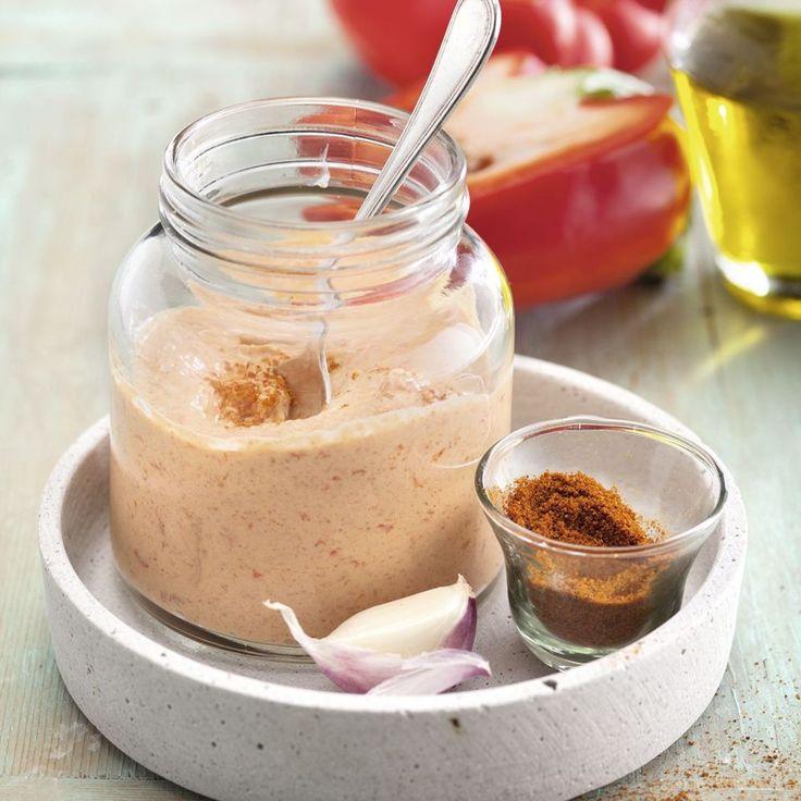 Ein herrlich würziger Dip, den man in ein Schraubglas gefüllt wunderbar mitnehmen kann. Der optimale Mittagssnack fürs Büro zu leckeren Gemüsesticks.