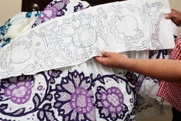Él y su madre diseñan los patrones de sus polleras sombreadas.