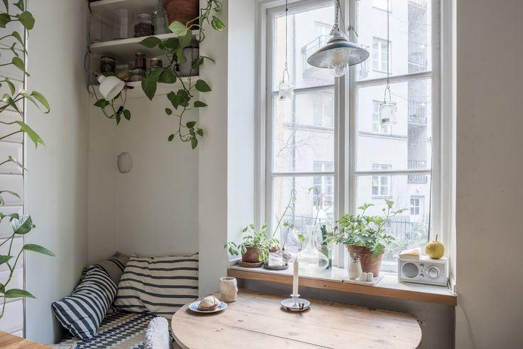 Matplats vid vackert originalfönster