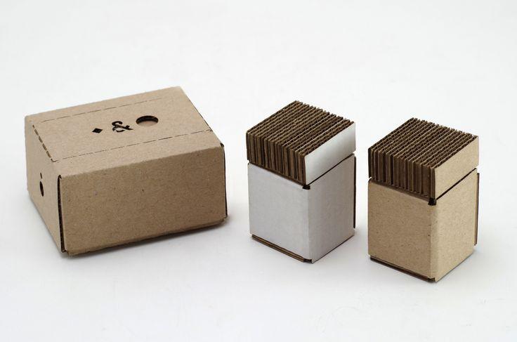 Дизайнер изНидерландов Lamberto Anderloni разработал дизайн посуды дляспеций (соль иперец) издешевого иперерабатываемого материала, изгофрокартона.   Гофрокартон— этодешевый илегко перерабатываемый материал, экологически безопасный дляокружающей среды. Поэтой причине, насегодняшний день он используется дляизготовления огромного количества разнообразных предметов: отпростых упаковочных коробок докресел, столов, светильников итак далее.  Задача проекта состояла втом, чтобы…