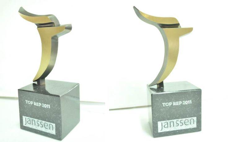 Nagroda została zaprojektowana przez naszą firmę. Wykonaliśmy ją techniką odlewniczą z mosiądzu. Podstawa została wykonana z czarnego granitu, teksty zostały wygrawerowane techniką laserową.