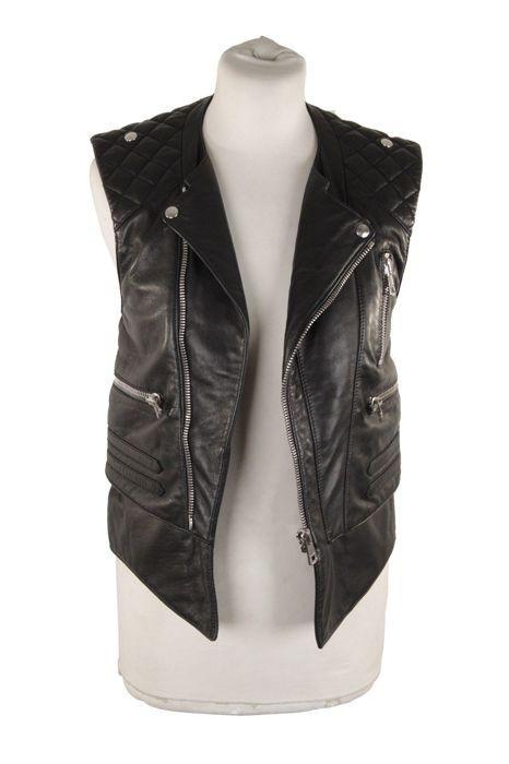 Balenciaga - zwart lederen BIker Moto Gilet Vest mouwloos jasje  -Balenciaga zwart mouwloos Leather Biker Jacket-Zwarte soepel lambskin leather. -Gewatteerde detail rond schouder - blootgestelde schuine voorzijde - 2 ingepakte voorzakken - 1 gezipte borst met rits - gelaagde zoom detail - volledig gevoerd - gesneden voor een nauwe pasvorm-Afmeting: 38 (de grootte getoond voor dit item de grootte die is aangegeven door de ontwerper op het etiket is). Het moet overeenkomen met een extra klein…