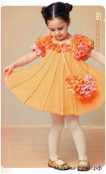 Вязаное спицами платье и сумочка с отделкой из цветочных мотивов