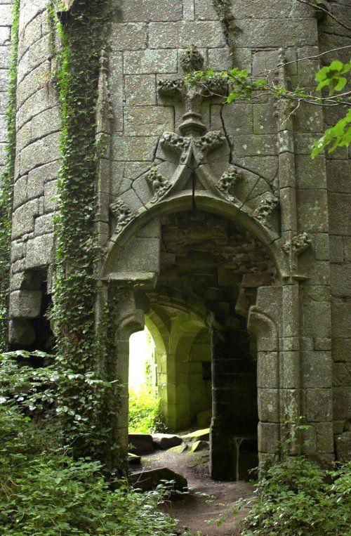 """L'ancien manoir de Rustephan, construit au  XVè siècle par Jean, seigneur du Faou, est l'objet de nombreuses traditions populaires. Vers 1835, La Villemarqué, auteur du célèbre BARZAZ-BREIZ,  recueille à Nizon, de la bouche de Katell Rouat (1779-1860),  la gwerz """"L'Héritière de Rustéphan"""" (Jenovefa Naour). C'est en 1937 que ce chant sera receuilli une dernière fois, toujours à Nizon, de la bouche de Philoméne Burel, âgée de de 86 ans."""