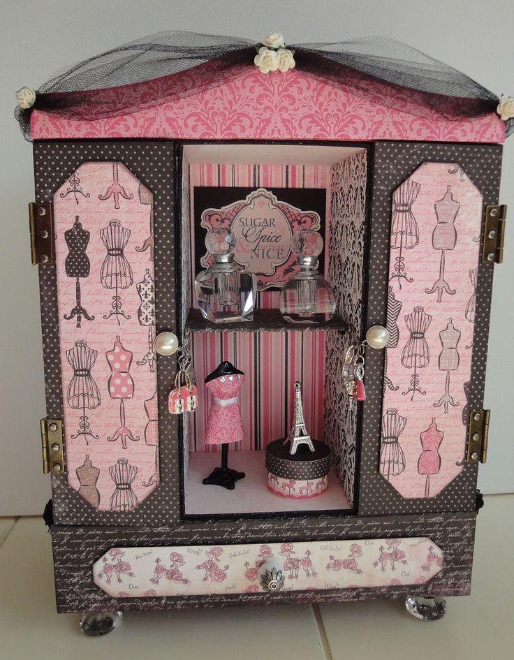Een kastje gemaakt met als thema: Parijs. En als ik aan Parijs denk, dan denk ik aan parfum, mode en de eiffeltoren. Al deze elementen zijn ...