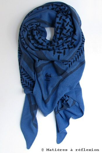 UN CLASSIQUE // Foulard 'Triangle' bleu en cachemire des designers allemands Lala Berlin.  @ www.matieresareflexion.com  #LalaBerlin #Foulard #Femme #Accessoires #Bleu #Cachemire #Keffieh