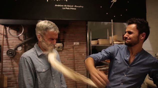 El panadero Jordi Morera me da mi merecido por cometer los fallos más comunes al hacer pan, en un vídeo con escenas de alto contenido erótico.