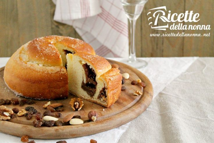 """La Gubana è un tipico dolce friulano dei periodi di grande festa, Natale, Pasqua, matrimoni e sagre paesane. E' un dolce a base di pasta lievitata con un ripieno biscotti secchi e frutta secca, il tutto impreziosito da grappa o rum. Da dolce di origine locale si è diffuso in tutto il Friuli e in tutto il periodo dell'anno. Facendo riferimento alla sua forma, il suo nome deriva dallo sloveno """"guba"""", ovvero piega, in quanto questo dolce nacque proporio nelle Valli del Natisone, al confine con…"""