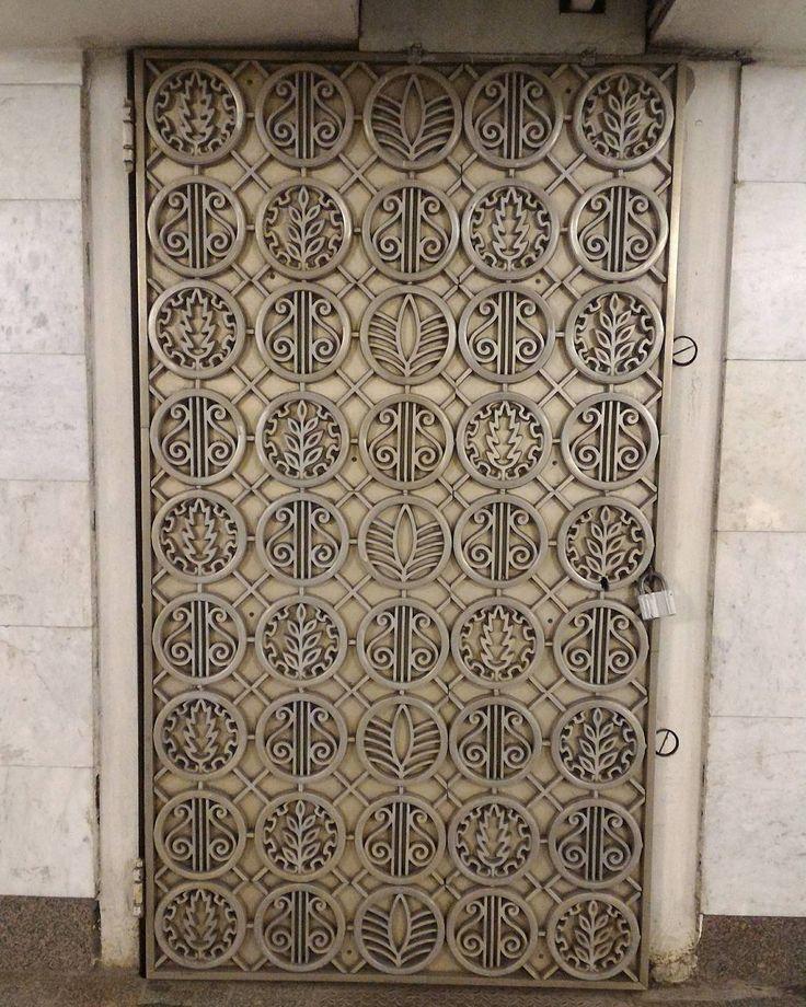 31 отметок «Нравится», 3 комментариев — Taisiya (@lisicca00) в Instagram: «Утончённые и кружевные #створки защитных ворот станции #метро #Пушкинская. #мосметро #вметро…»