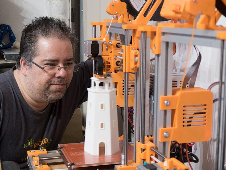 Kontrola majáku vysokého 24 cm při tisku na nejnovější 3D tiskárně Rebel 2Z, resp. v malé domácí farmičce...