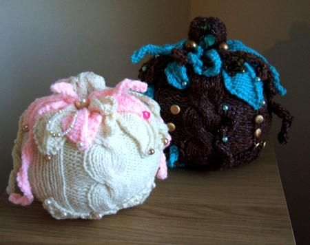 PRETTY PUMPKINS - Approx 8ins/21cms high these pumkins are perfect for a non scarey Halloween! Easy to knit