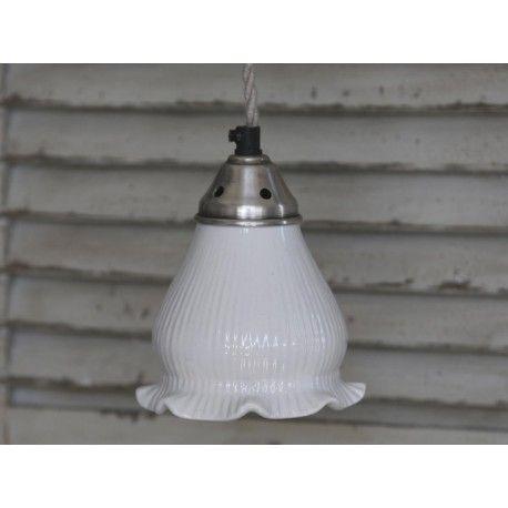 Porcelanowa lampa w kształcie kwiatu. W kolorze białym.  Więcej na: www.lawendowykredens.pl