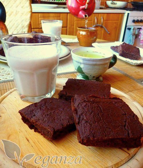 Fazolové čoko brownies 500g uvařených nebo konzervovaných červených fazolí 190g rýžové mouky 125g přírodního třtinového cukru 1 banán 150ml sojového mléka 50g 100% kakaového prášku 1 sáček vanilkového cukru 1 Pl kypřícího prášku